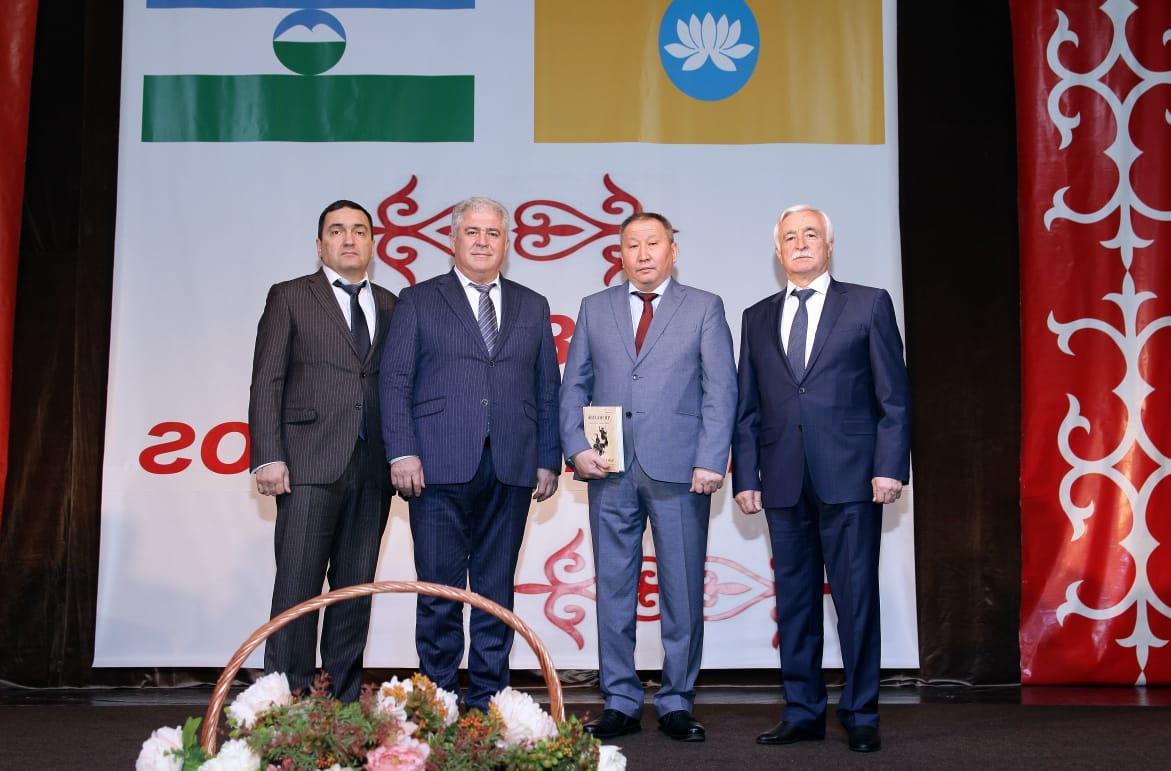 Вручение диплома о присвоении почетного звания «Народный поэт Калмыкии»  Салиху Гуртуеву (посмертно)